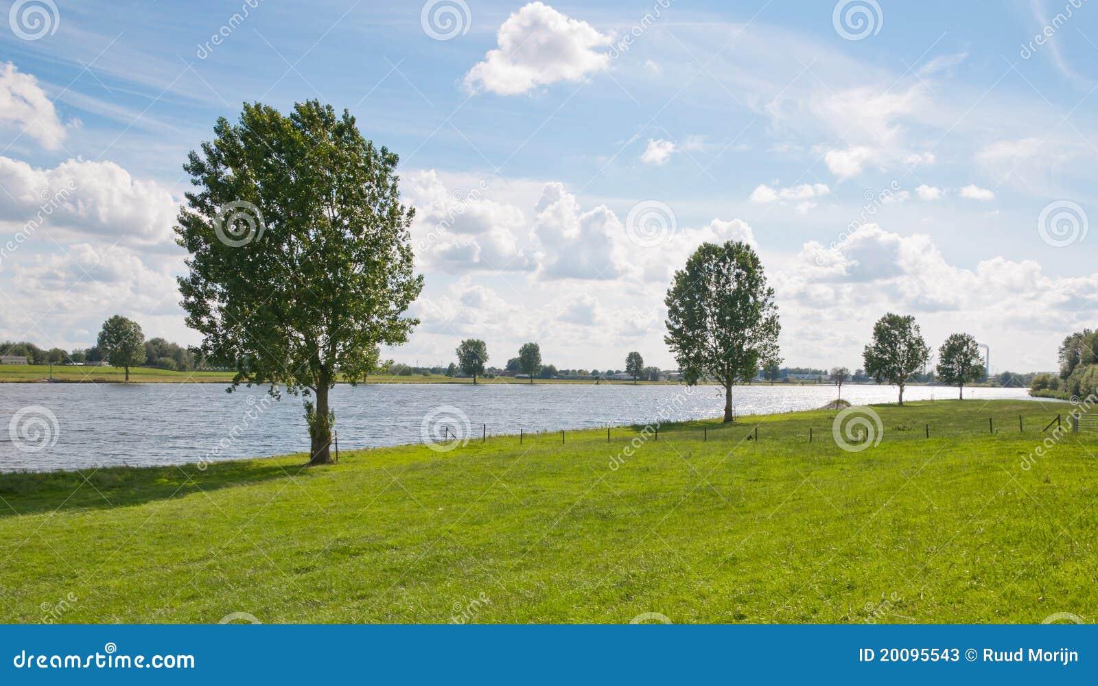 A lo largo de la orilla en los Países Bajos