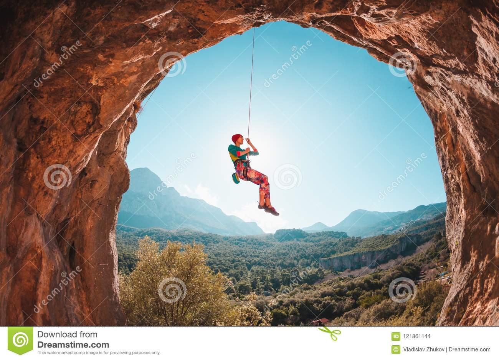 Lo scalatore sta appendendo su una corda