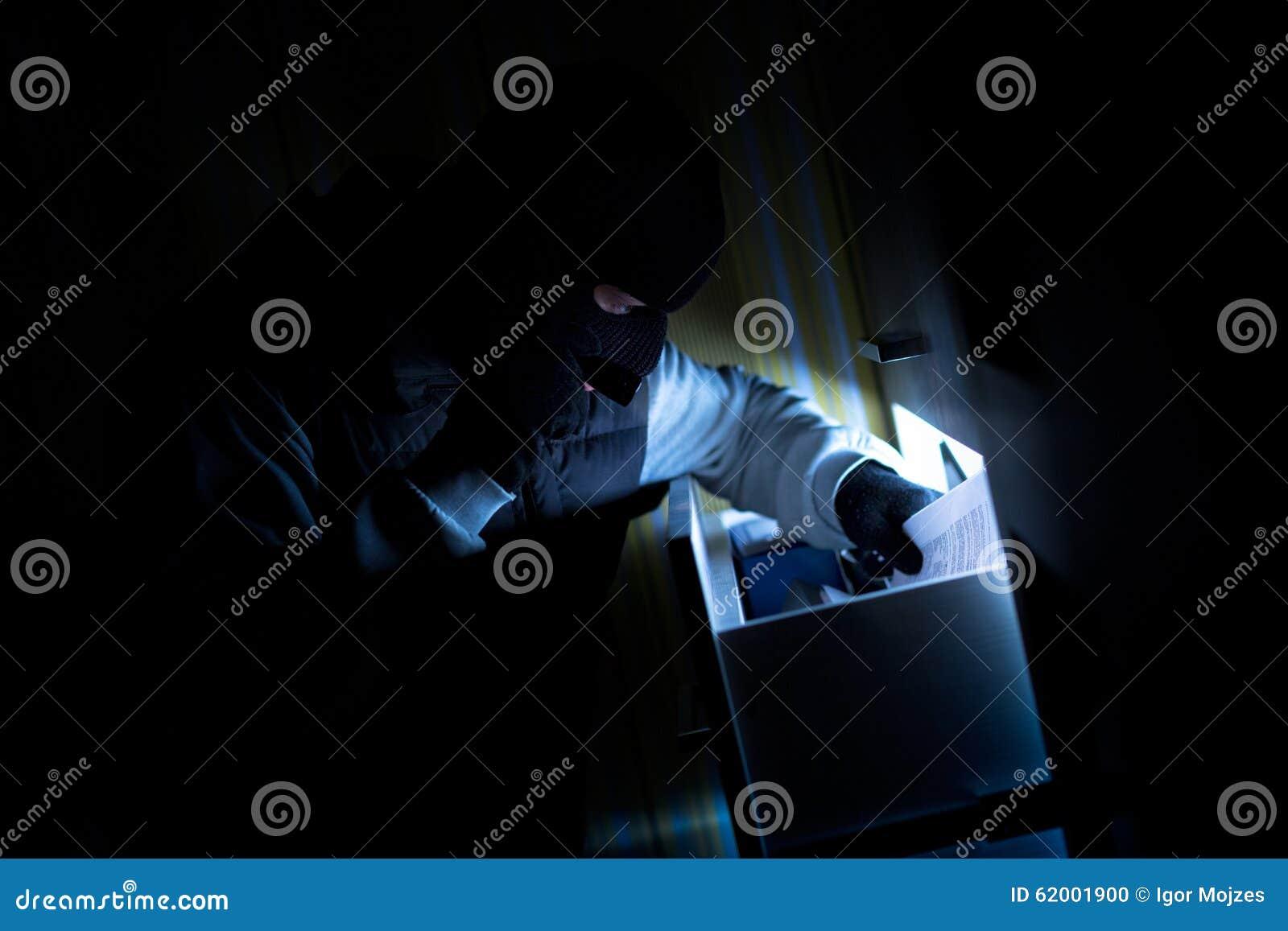 Lo scassinatore prende i documenti confidenziali