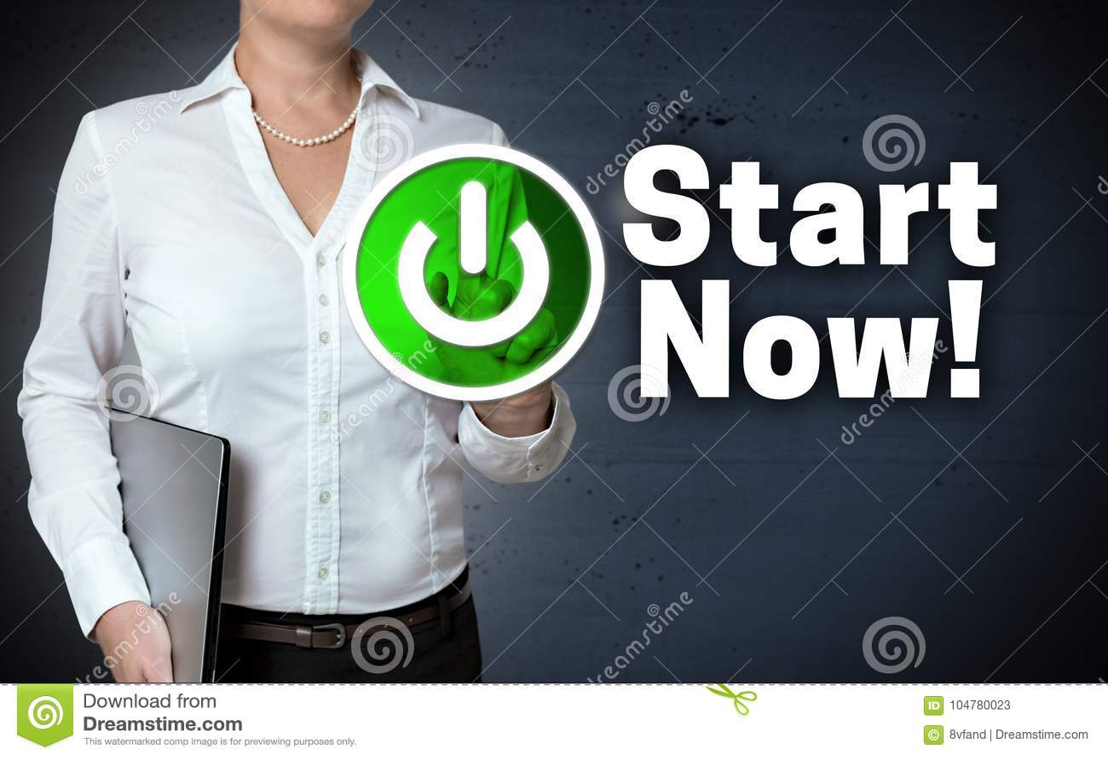 Lo schermo attivabile al tatto di concetto di inizio ora è indicato dalla donna di affari