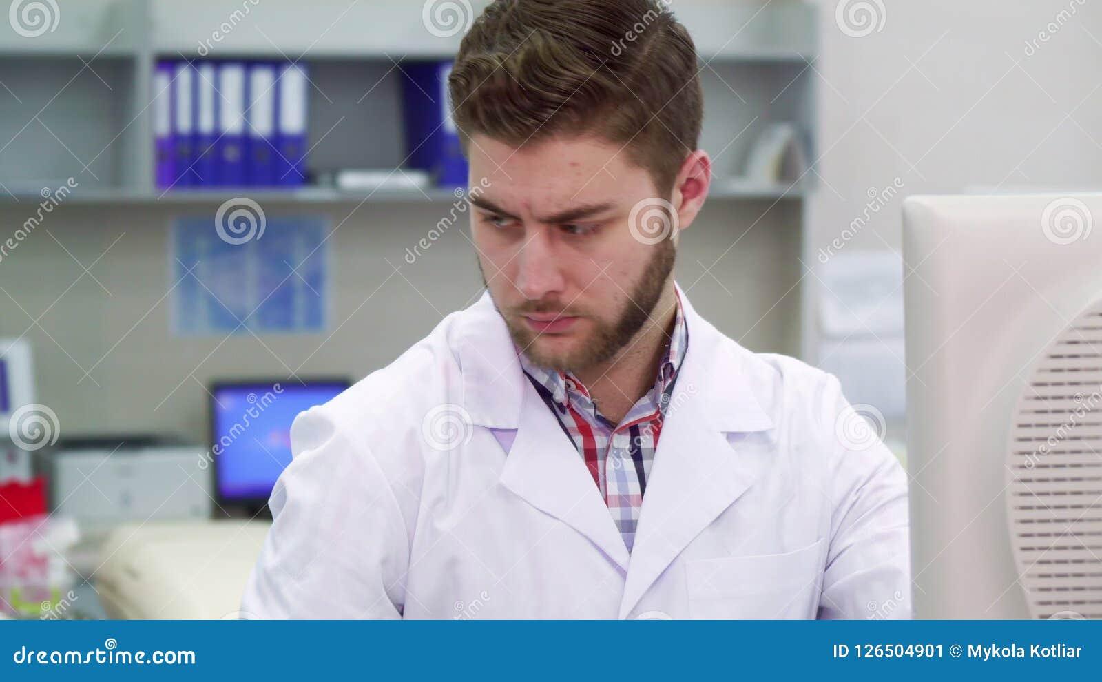 Lo scienziato maschio lavora al laboratorio