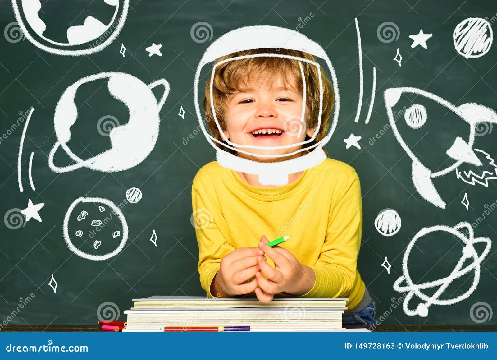 Lo scolaro o il bambino in età prescolare felice impara Di nuovo alla scuola ed al tempo felice Scuola dei bambini