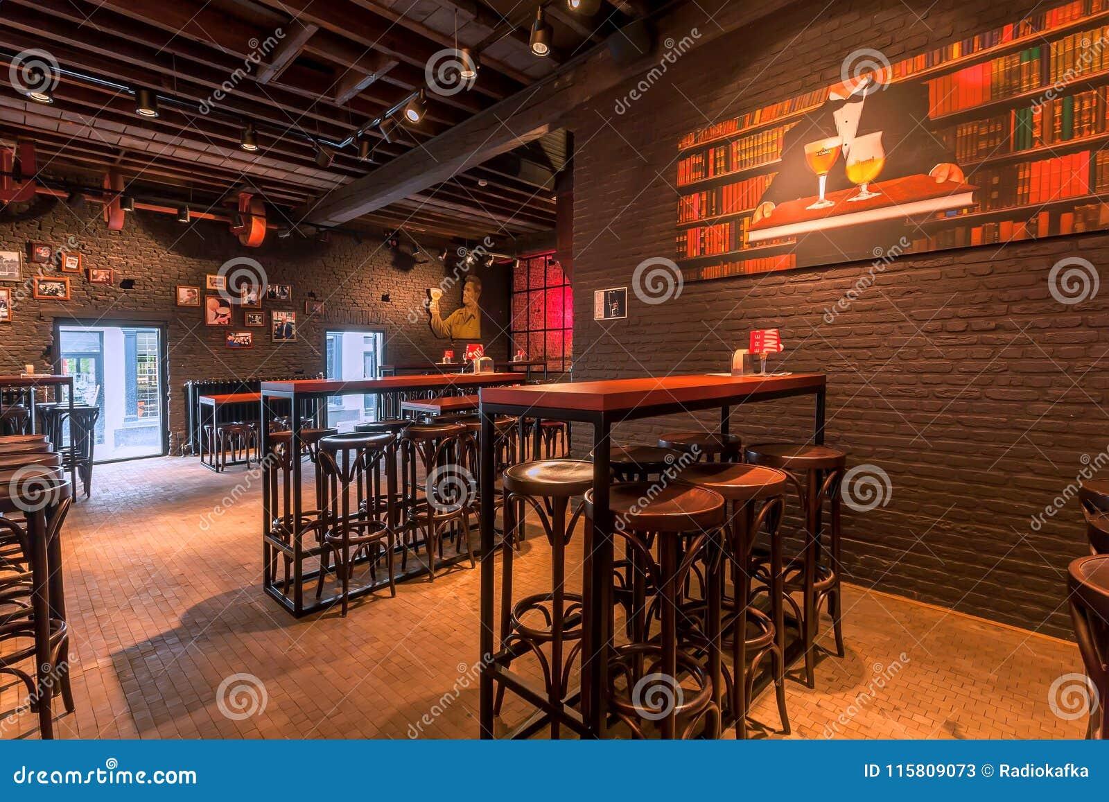 Lo sgabello da bar e le tavole vuote per la birra fanno festa dentro