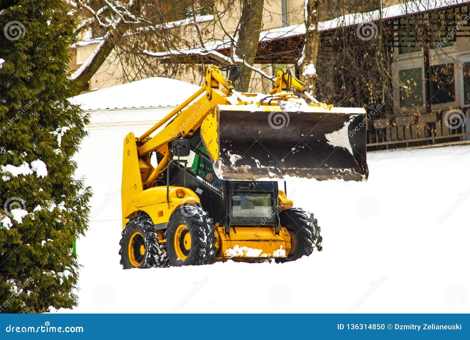 Lo sgombraneve a turbina libera la strada da neve Inverno
