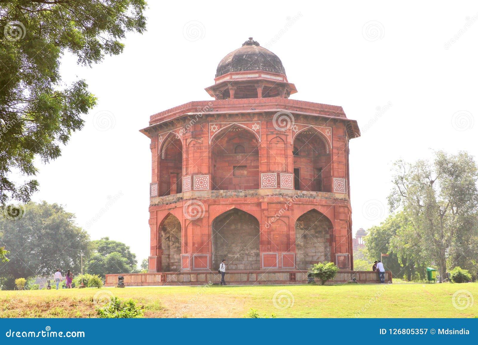 Lo Sher Mandal è un osservatorio, ottagonale nella forma