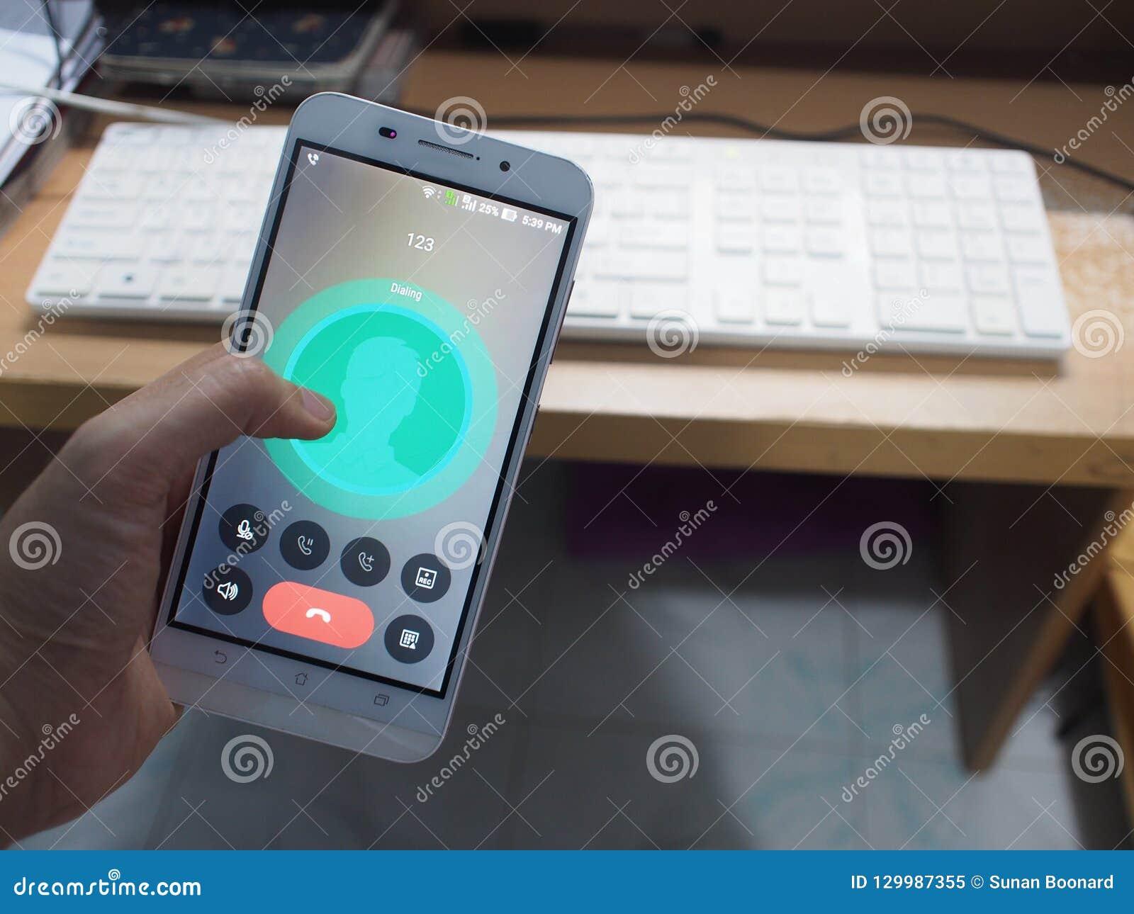 Lo smartphone con il fondo di lavoro dello scrittorio