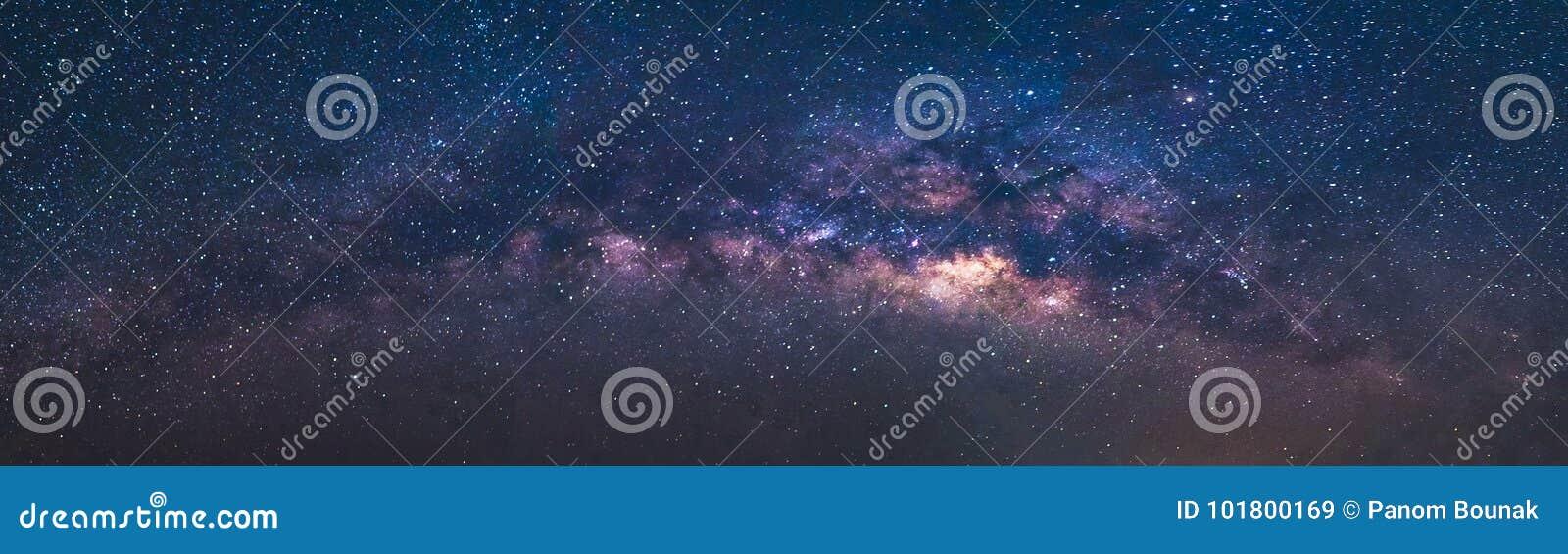 Lo spazio dell universo di vista di panorama ha sparato della galassia della Via Lattea con le stelle su un cielo notturno
