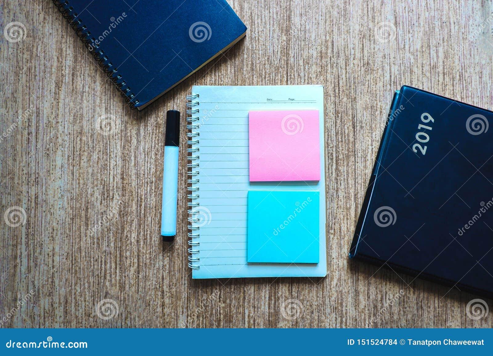 Lo spazio di vista superiore della nota in calce ed il taccuino decorano con la penna ed il libro