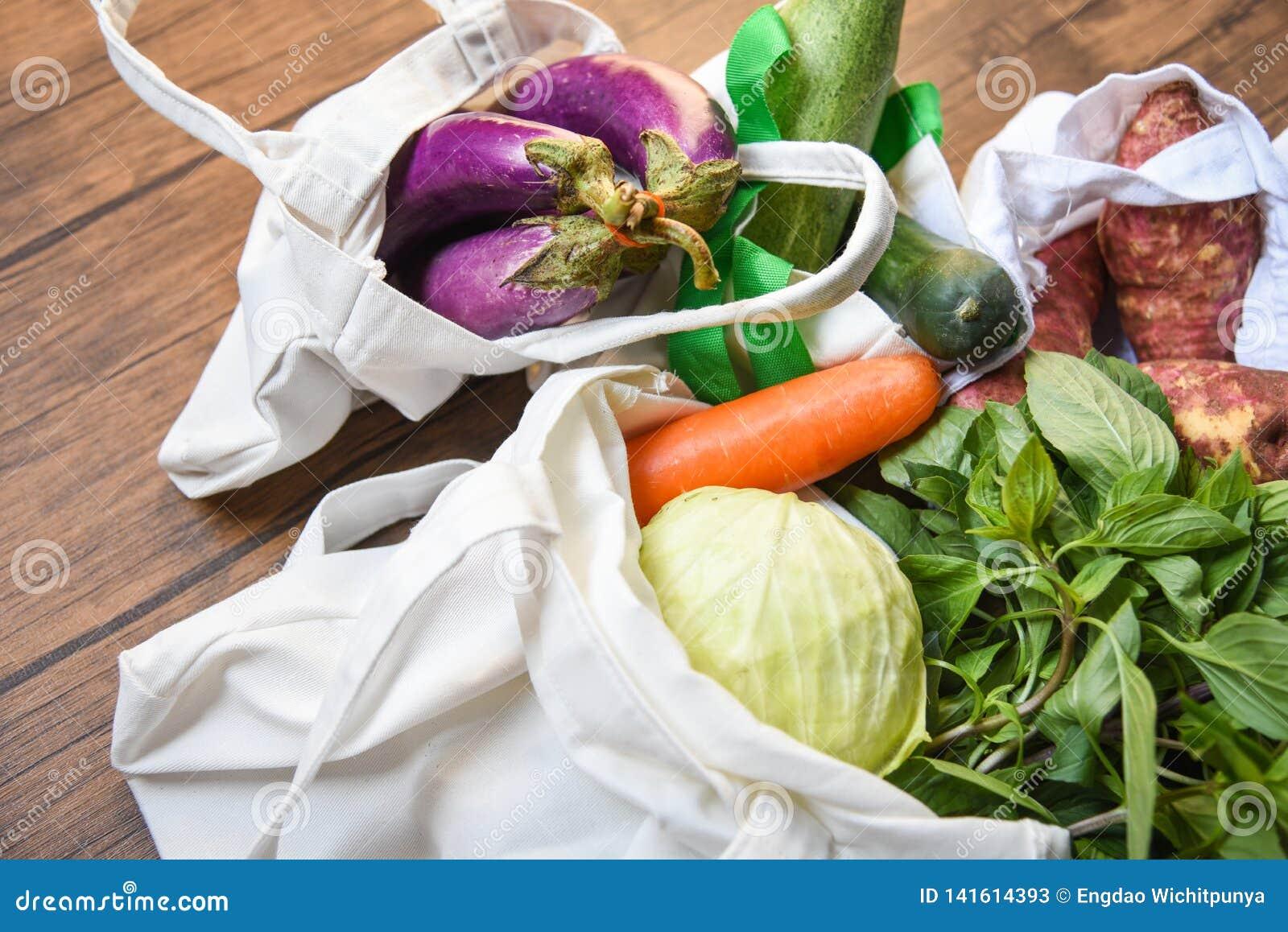 Lo spreco zero utilizza il concetto meno di plastica/ortaggi freschi organici nelle borse del tessuto di cotone di eco sulla tavo