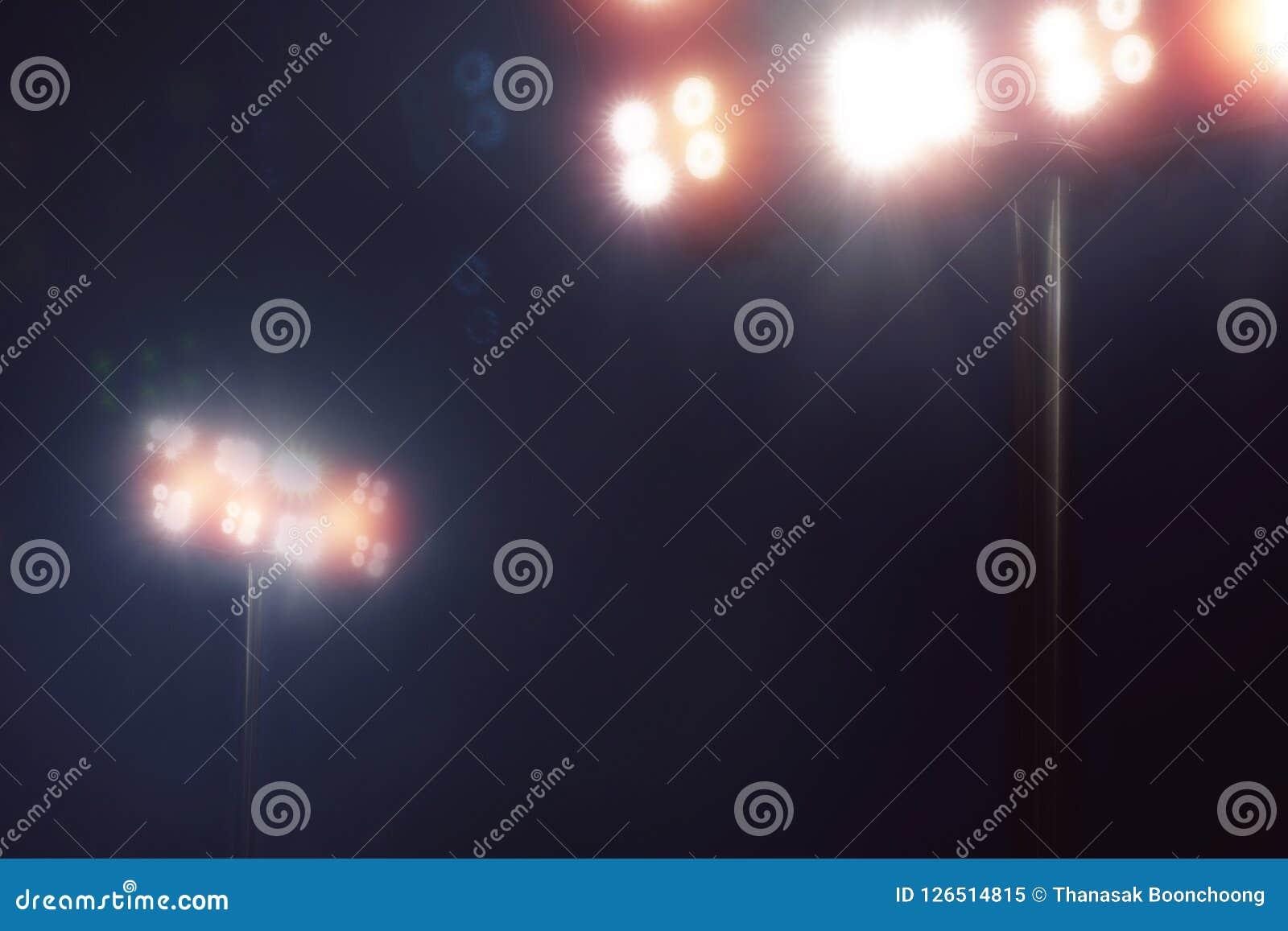 Lo stadio si accende nel gioco di sport in cielo notturno scuro