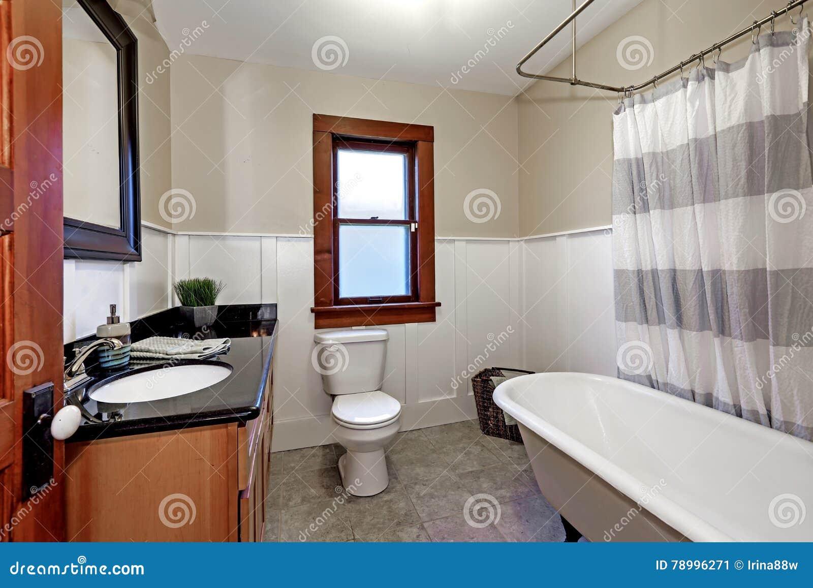 Lo stile semplice ha rinnovato l 39 interno del bagno in for American bathroom designs