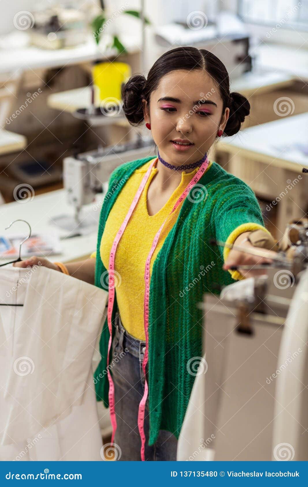 Lo stilista asiatico sveglio con la sensibilità luminosa dei braccialetti ha soddisfatto