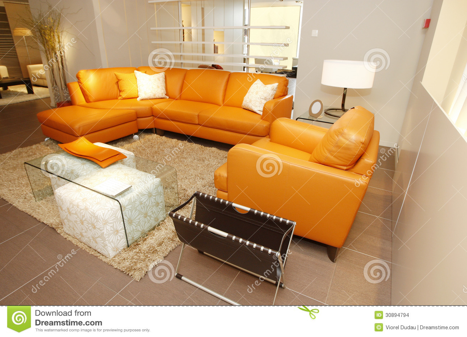 Lo strato e la poltrona di cuoio arancio hanno messo in mobilia