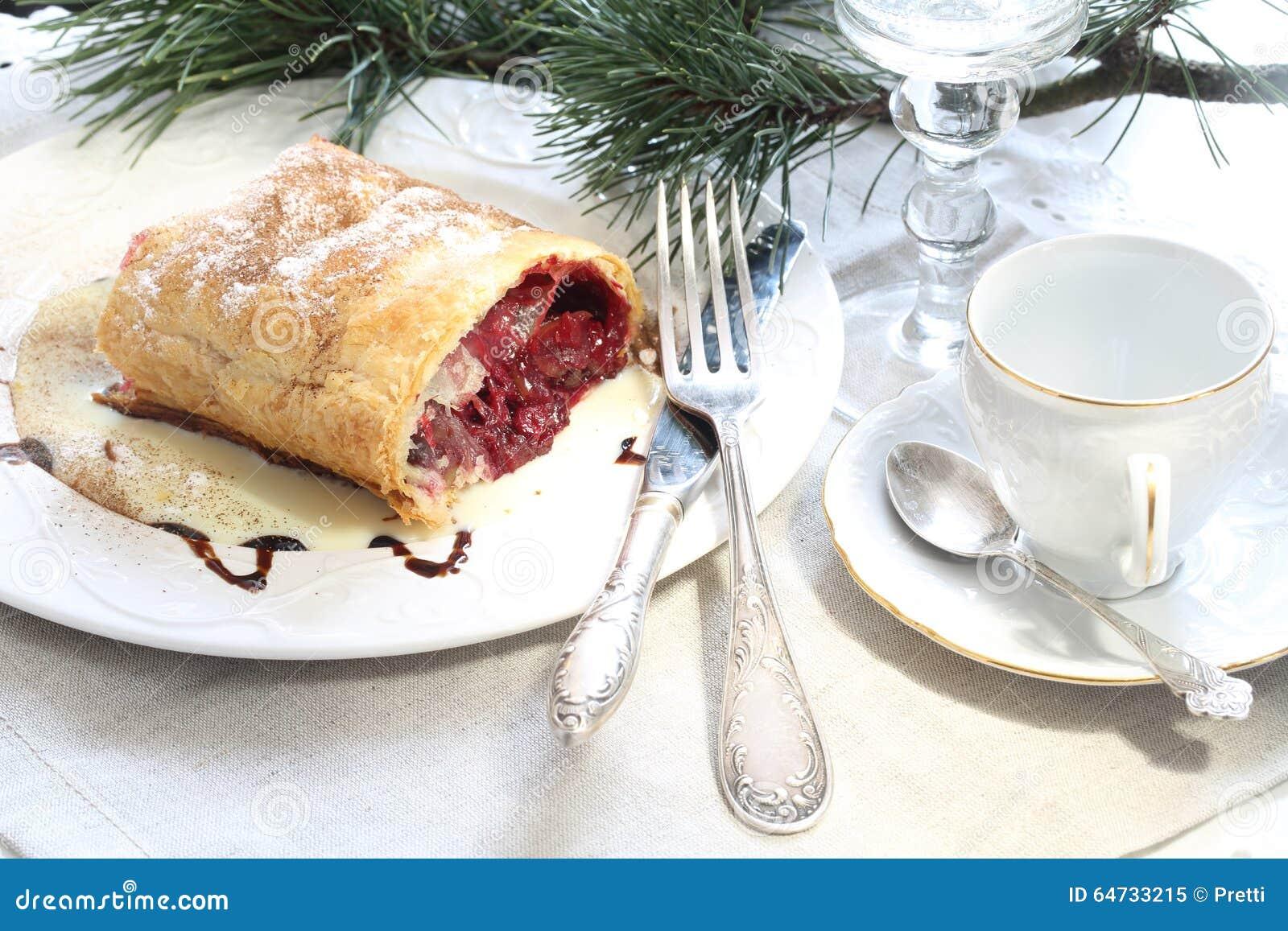 Lo strudel (torta) con è Apple-ciliegia che farcisce con il caffè e la c