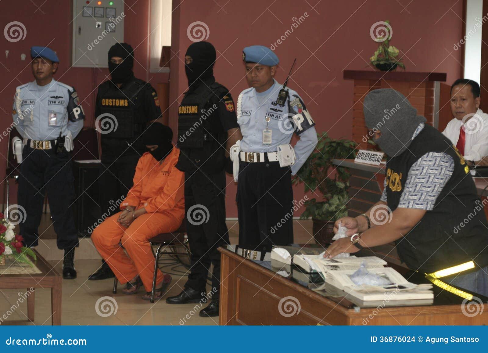 Download LO STUDENTE DALL'INDONESIA HA SOSPETTATO LE DROGHE INTRODOTTE DI CONTRABBANDO CORRIERE DELLA DROGA PRESE DALLA CITTÀ SURAKARTA DEL Immagine Stock Editoriale - Immagine di berreto, aeroporto: 36876024