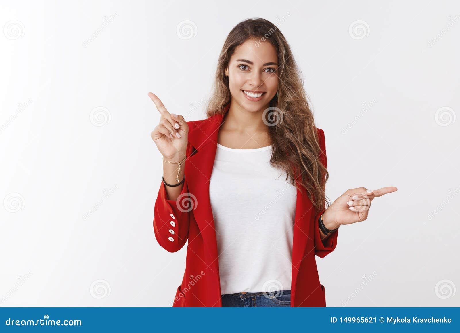 Lo studio ha sparato alla donna caucasica felice sorridente amichevole attraente 25s che porta il rivestimento rosso che indica l