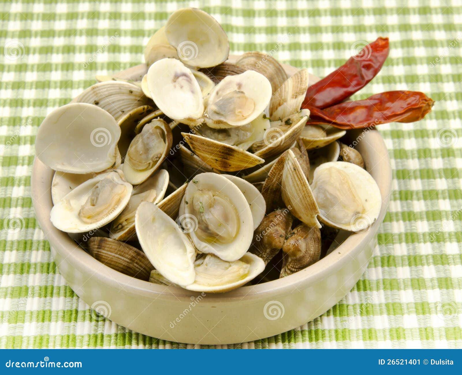 Lo stufato ha cotto a vapore i molluschi con aglio