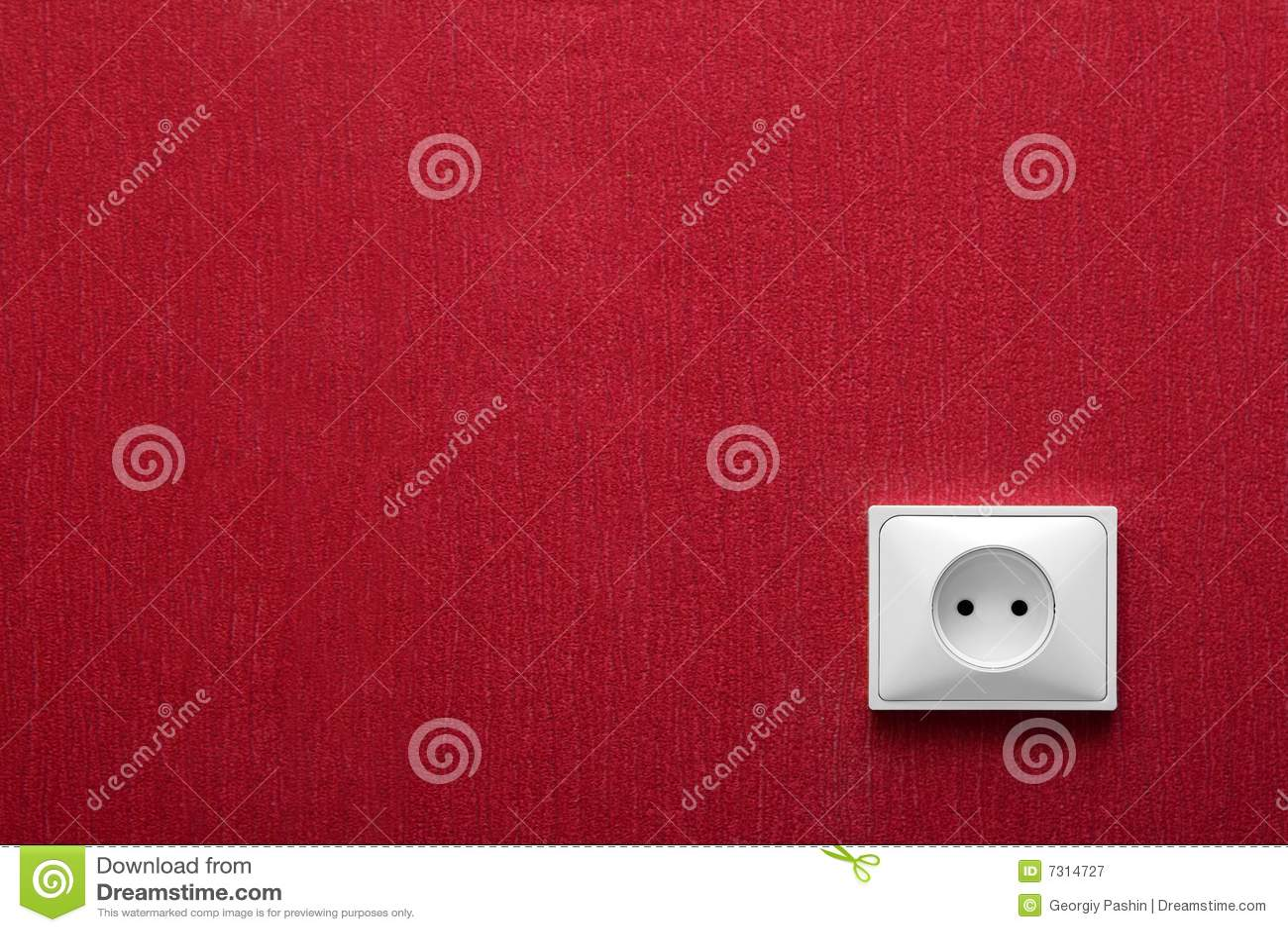 Lo zoccolo elettrico in una parete rossa