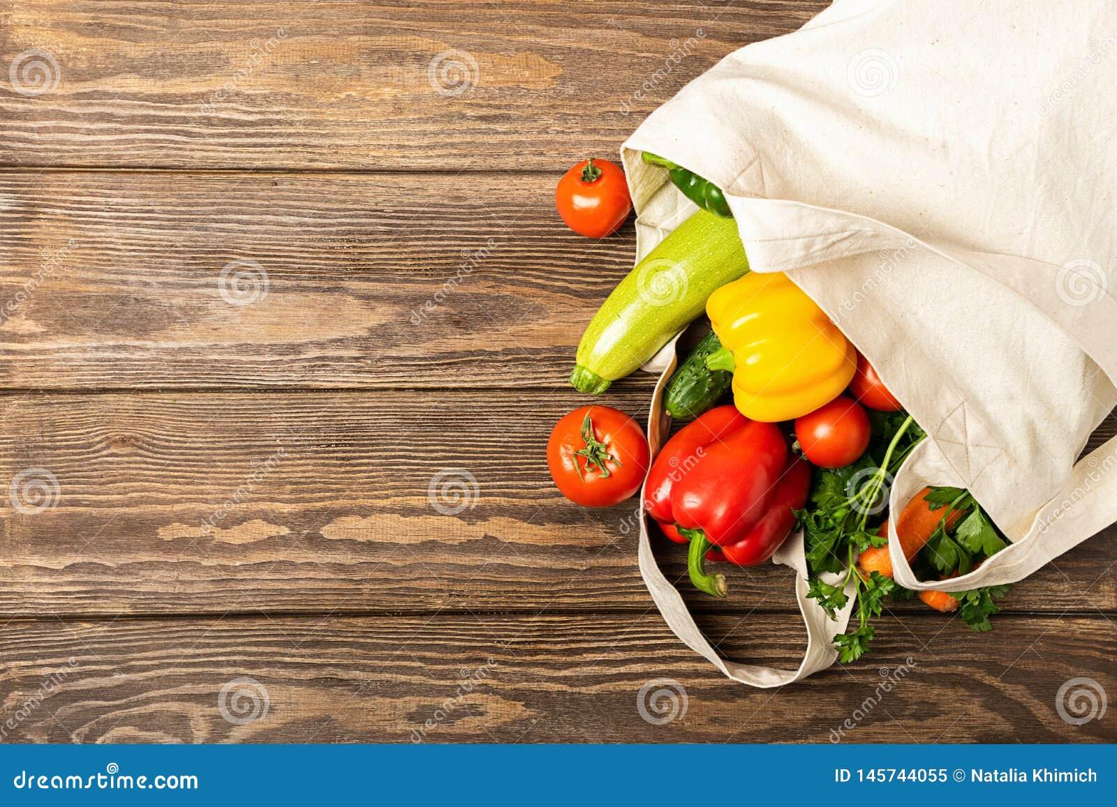 Lo zucchini dei pomodori degli ortaggi freschi si inverdisce la borsa di eco fatta del fondo di legno del cotone naturale Nutrizi
