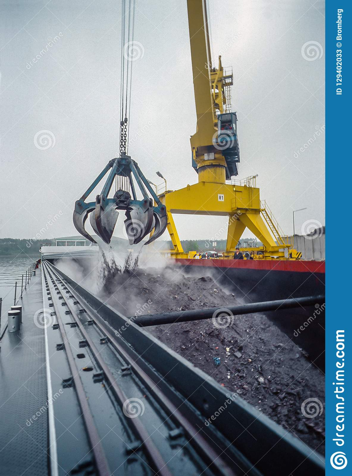 000,093-82. Loading of cinder from a recycling yard in the Port of Nürnberg, Germany stock photos
