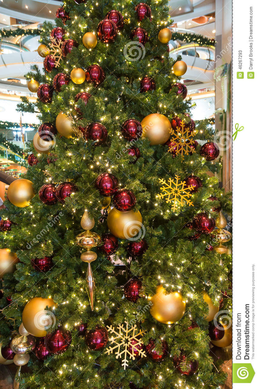 Christmas tree decorations red and green - Lobby Christmas Tree With Red And Gold Ornaments