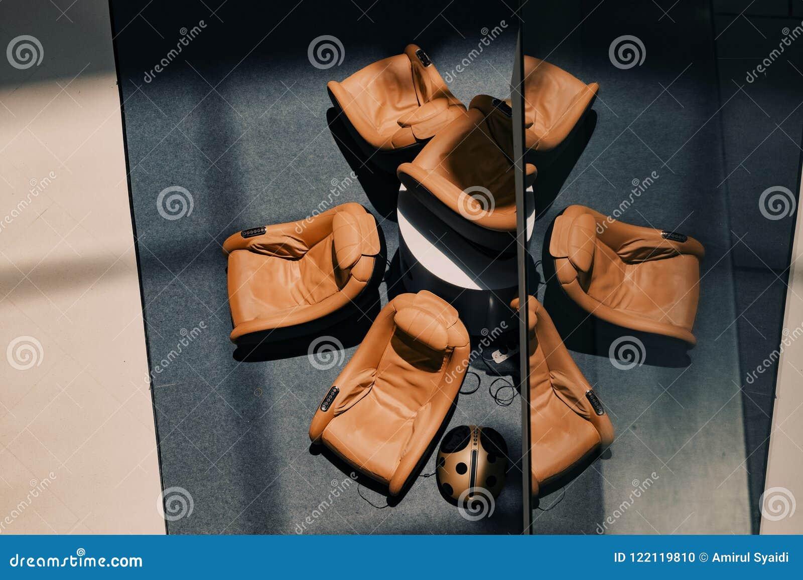 Lobbyen utrustar med massagesoffor för guestshadow på golvet och