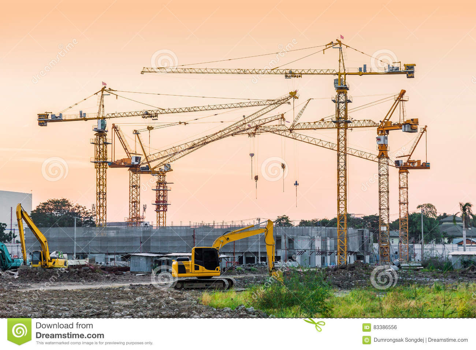 Local da construção civil com maquinaria do guindaste de torre