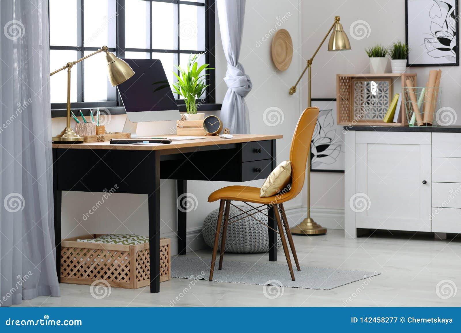 Local de trabalho moderno da casa com caixas de madeira