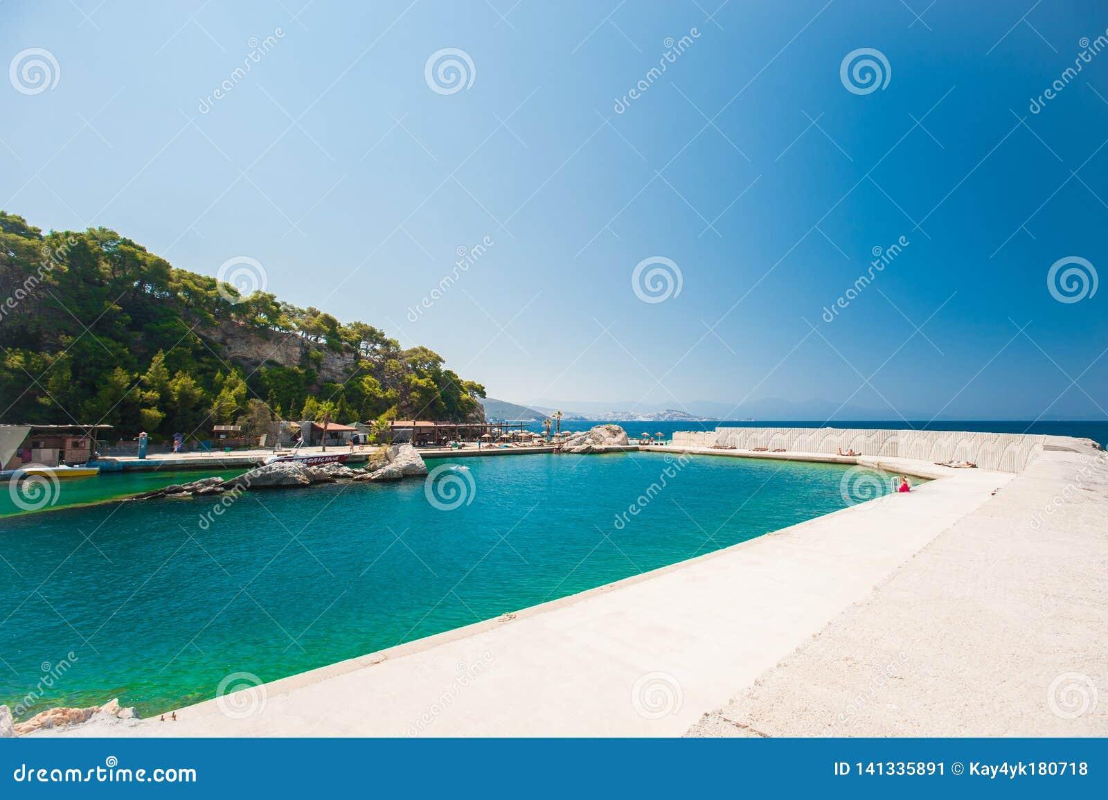 Località di soggiorno su acqua blu, acqua dentro calcestruzzo
