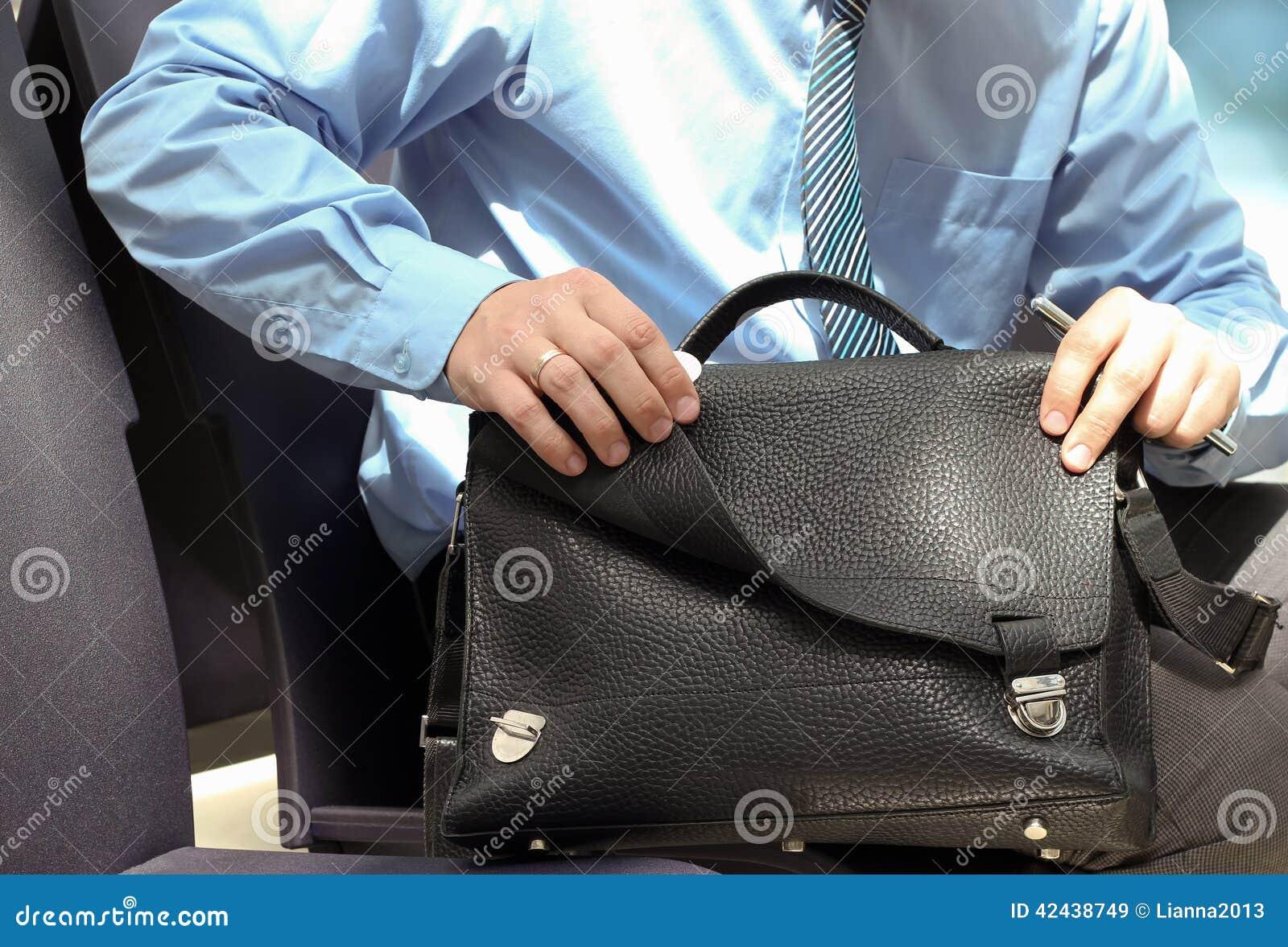 Localización del hombre de negocios en una silla