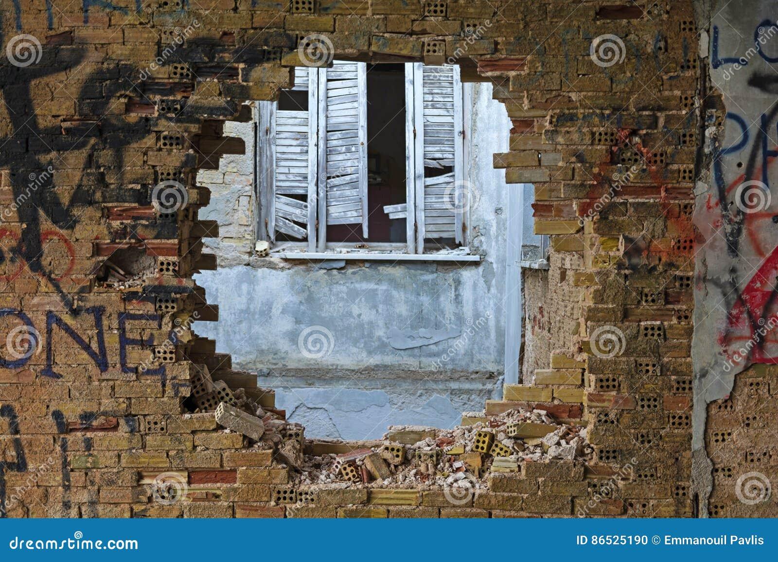 Loch in einer Backsteinmauer