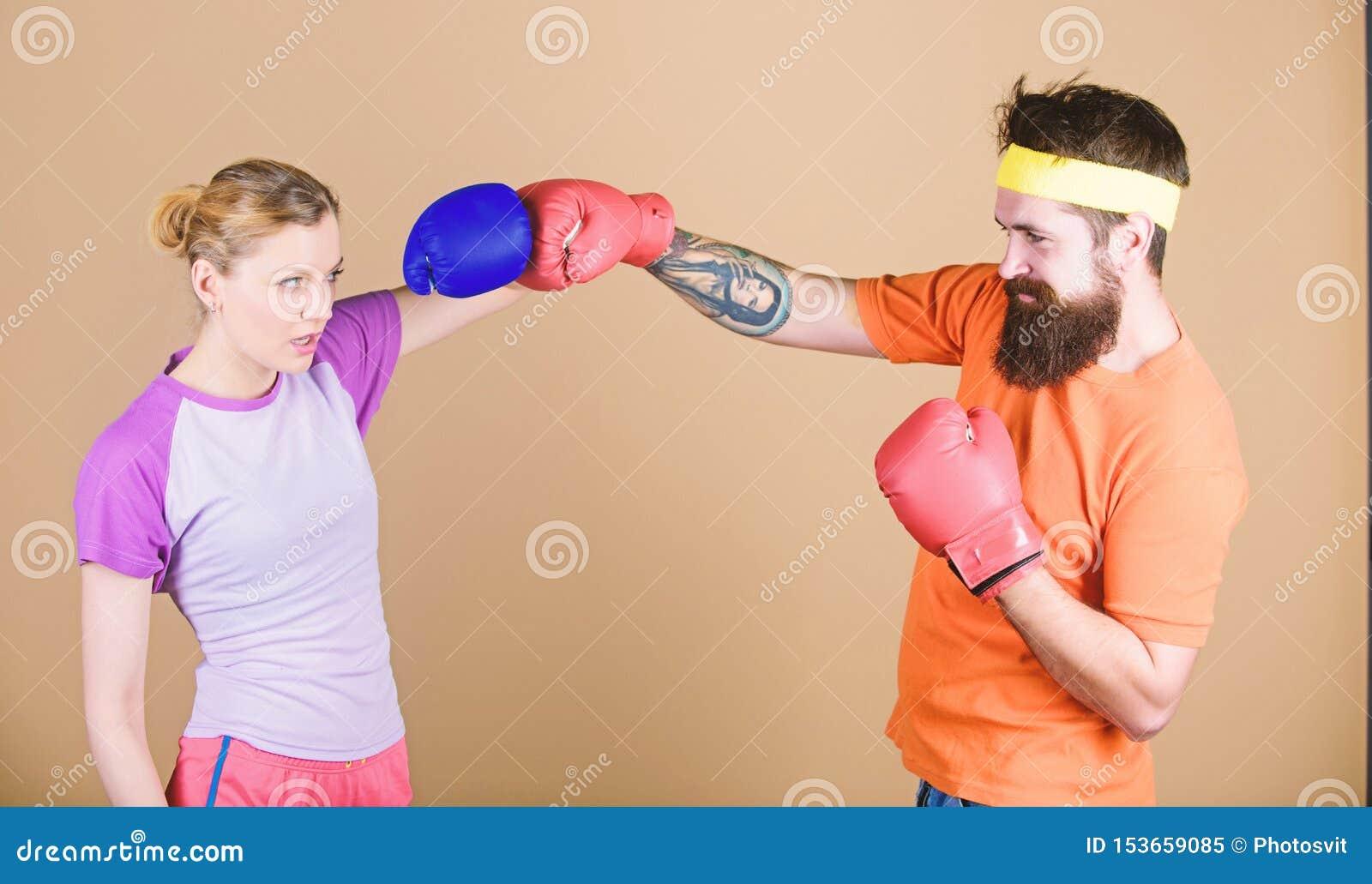 Lochen, Sport Erfolg Ausscheidungswettkampf und Energie Paartraining in den Boxhandschuhen Gl?ckliche Frau und b?rtiges Manntrain