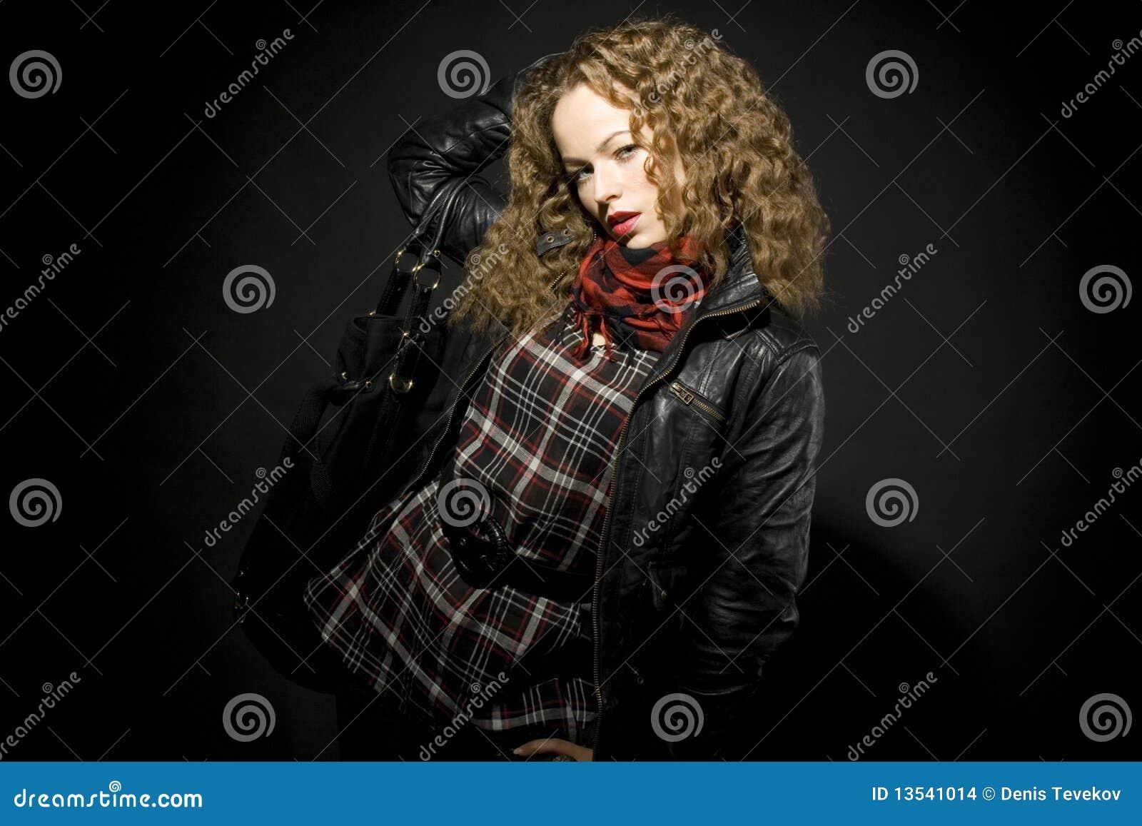 Lockig flickahårstående