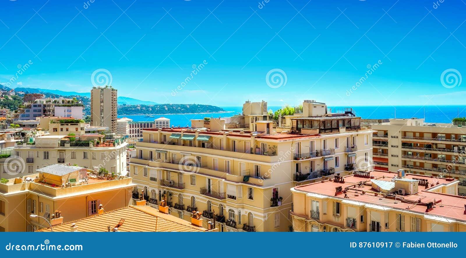 Locksvala som sedda igenom stadsbyggnader i Monaco