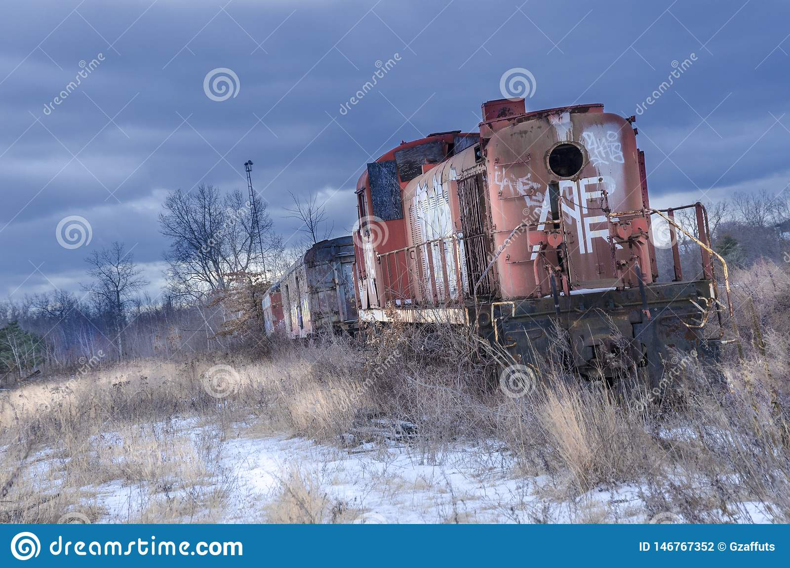 Locomotiva abbandonata rossa del treno nell inverno con neve