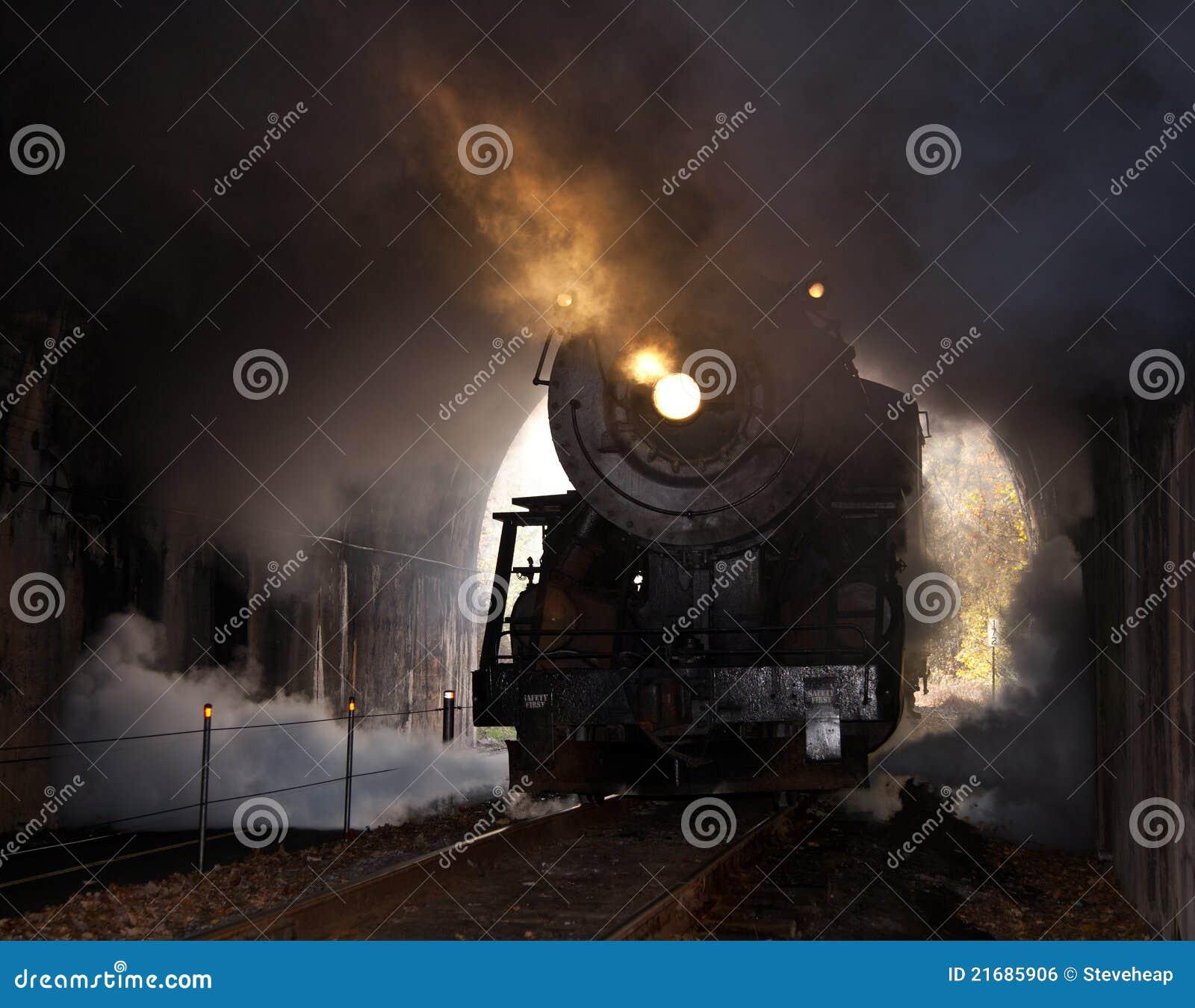 A locomotiva de vapor entra no túnel