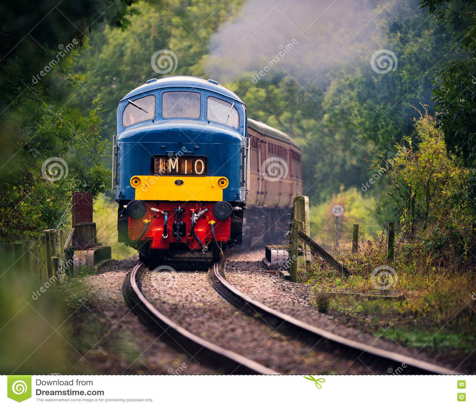 Locomotiva diesel azul na estrada de ferro meados de Norfolk
