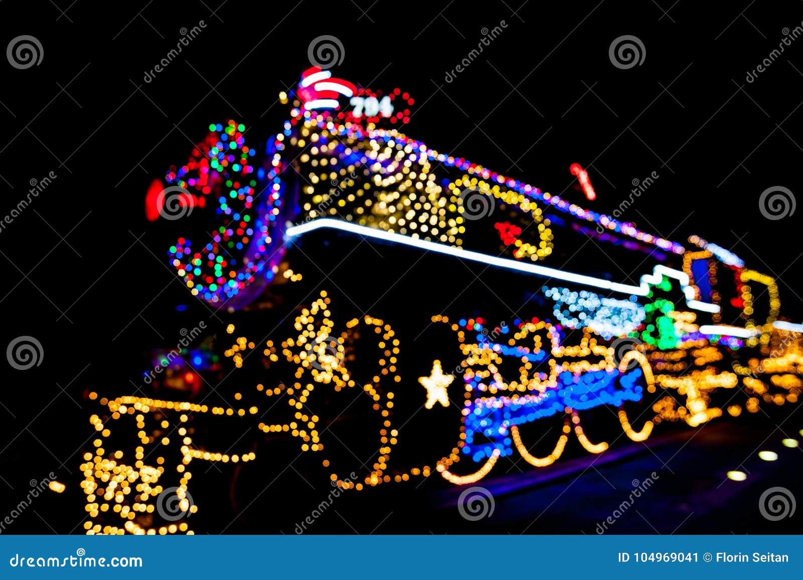 Locomotiva vaga del motore a vapore decorata con le luci di Natale a San Antonio, il Texas