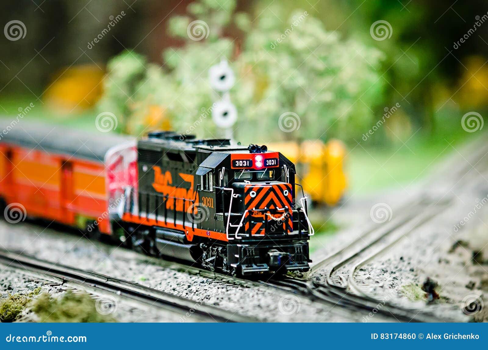 Locomotivas diminutas do trem do modelo do brinquedo na exposição