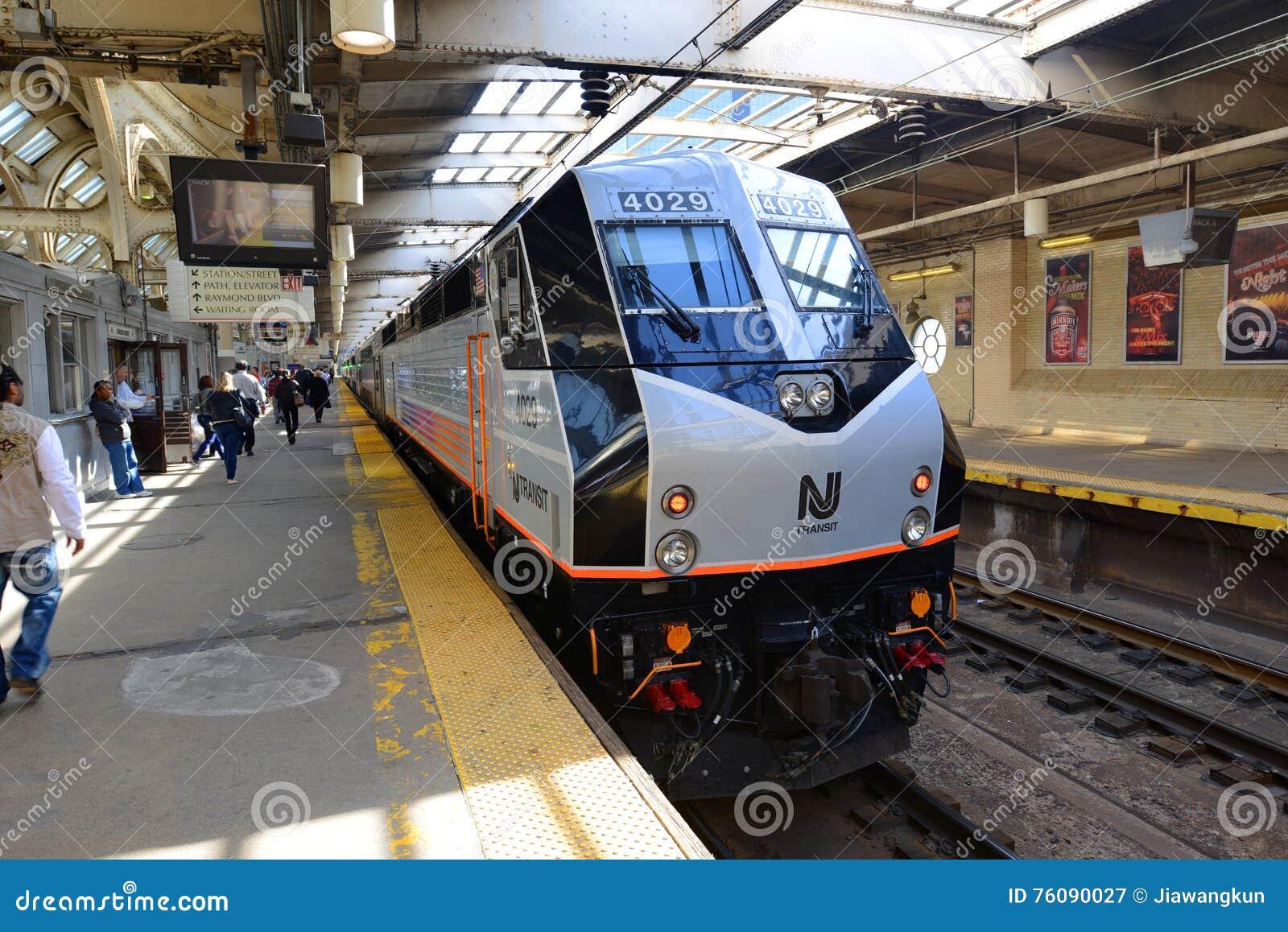 Locomotive de transit de NJ à la station de Newark, New Jersey