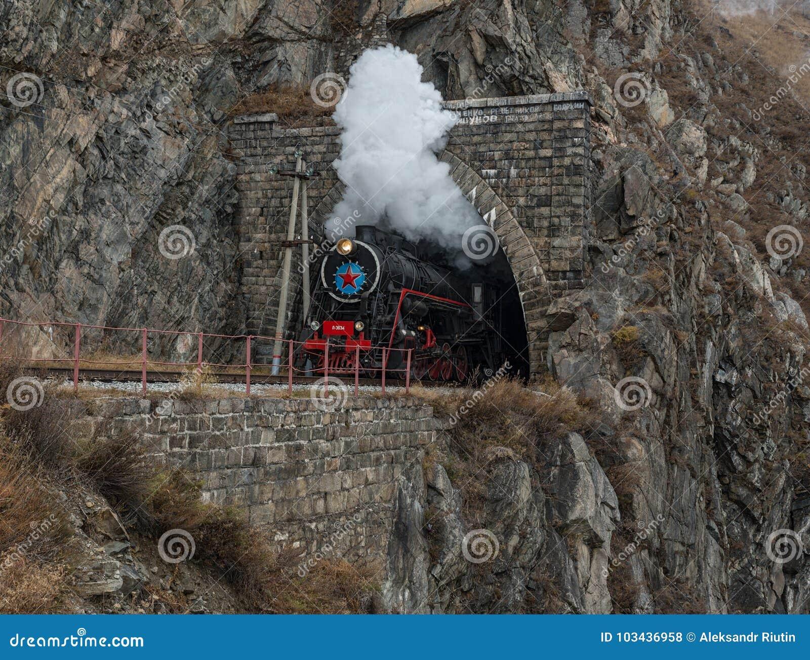 Locomotora de vapor vieja en el ferrocarril de Circum-Baikal