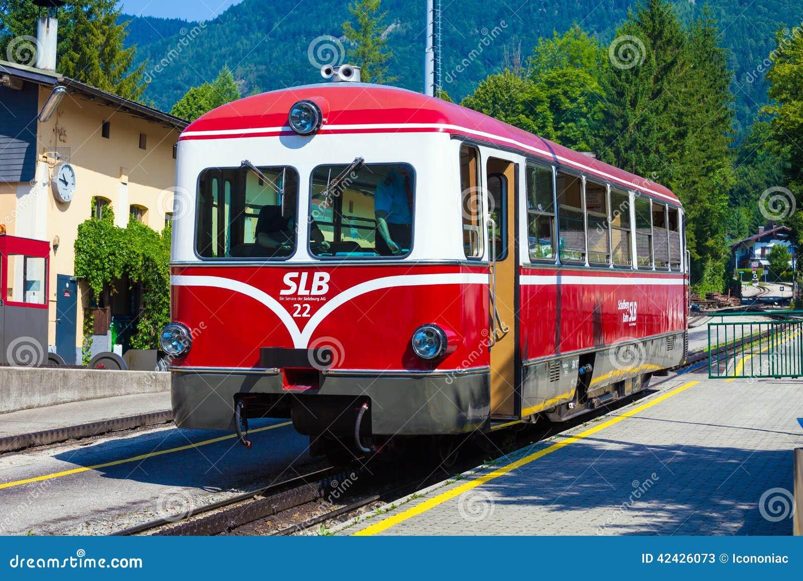 Locomotora diesel de un ferrocarril de la rueda dentada del vintage que va a Schafbe