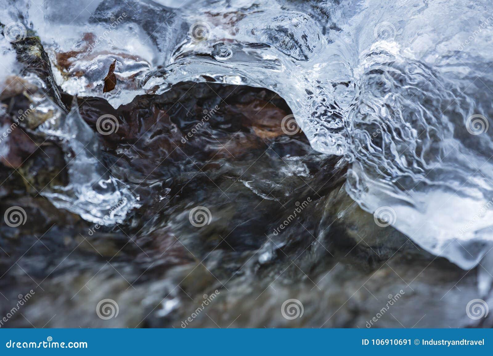 Lodowa warstwa Na rzece