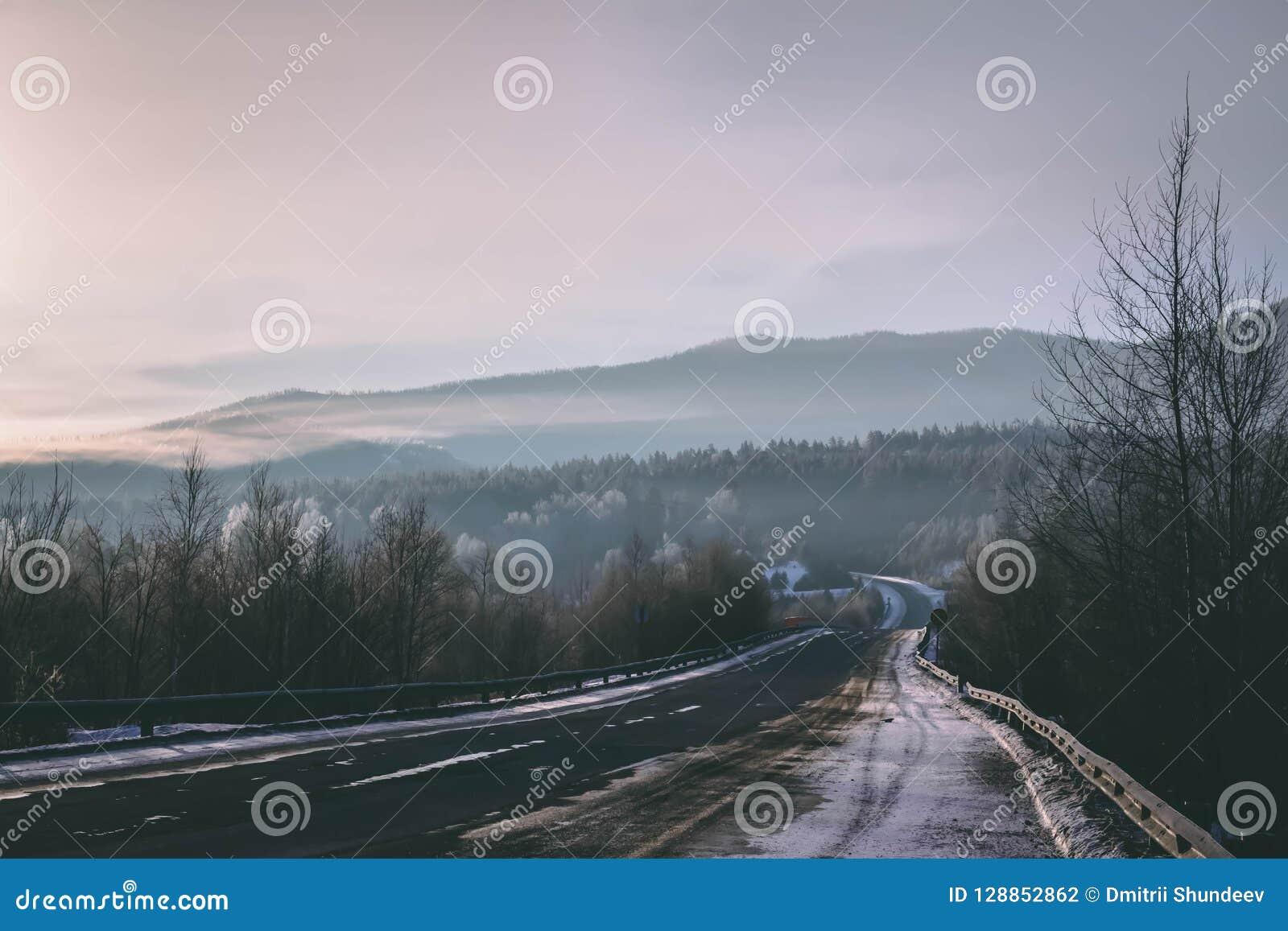 Lodowata zimy droga w ranek mgle