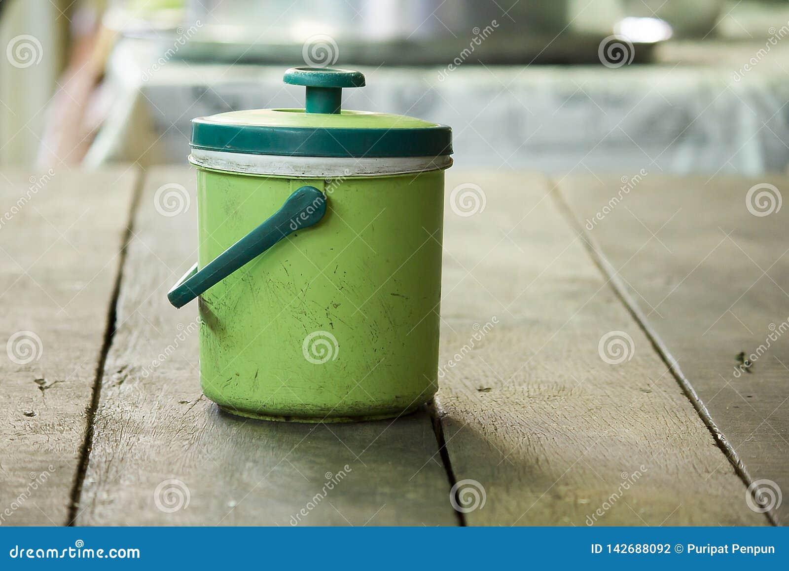Lodowy Chłodno Zielony klingeryt na stole
