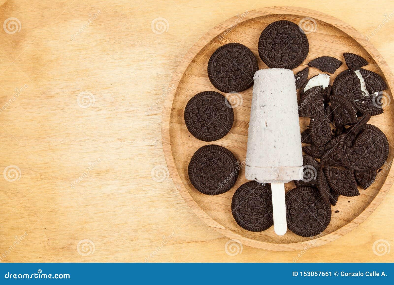 Lody - smakowitego i odświeżającego popsicle sosowani ciastka śmietanka i
