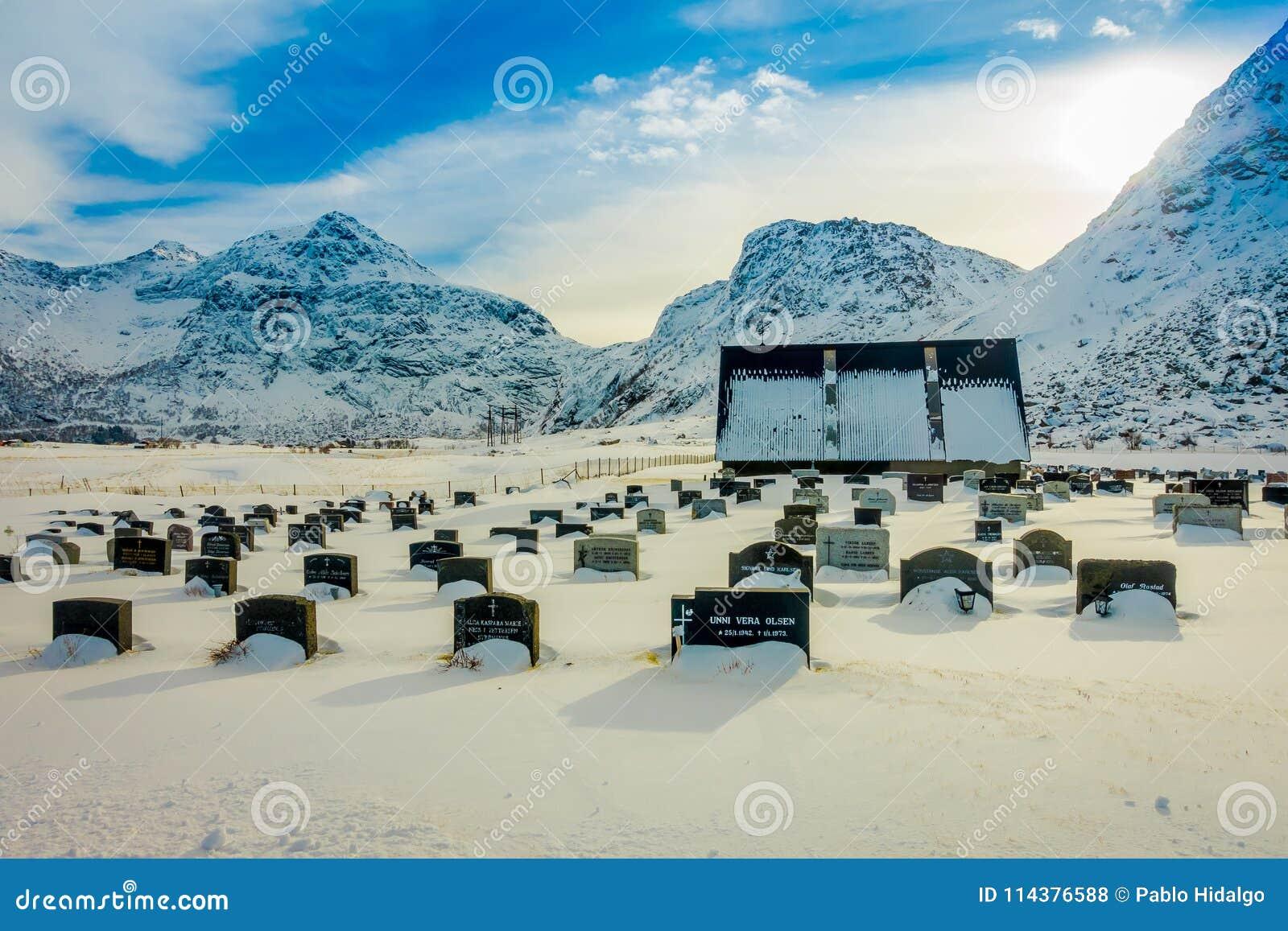 LOFOTEN,挪威, 2018年4月, 10日:积雪的墓碑室外看法在Kabelvag公墓的在Lofoten海岛上