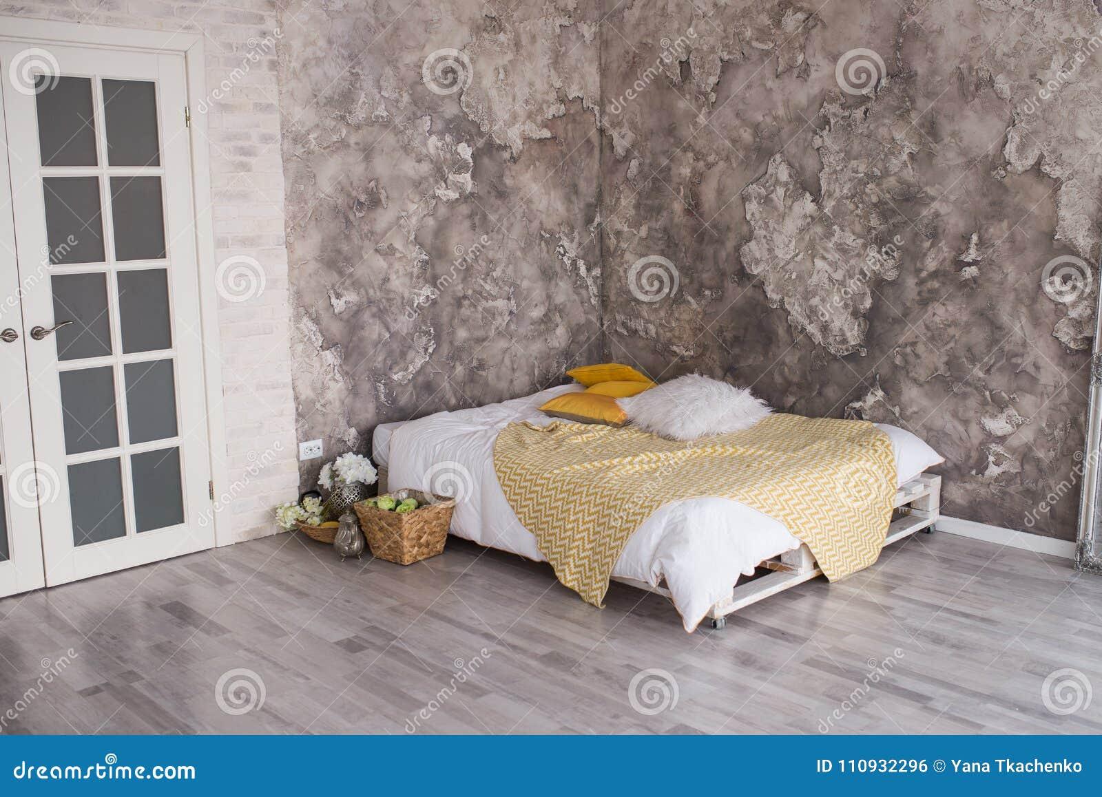 Loft Stylu Sypialnia Z Przetwarzającym Barłogu łóżkiem Biała