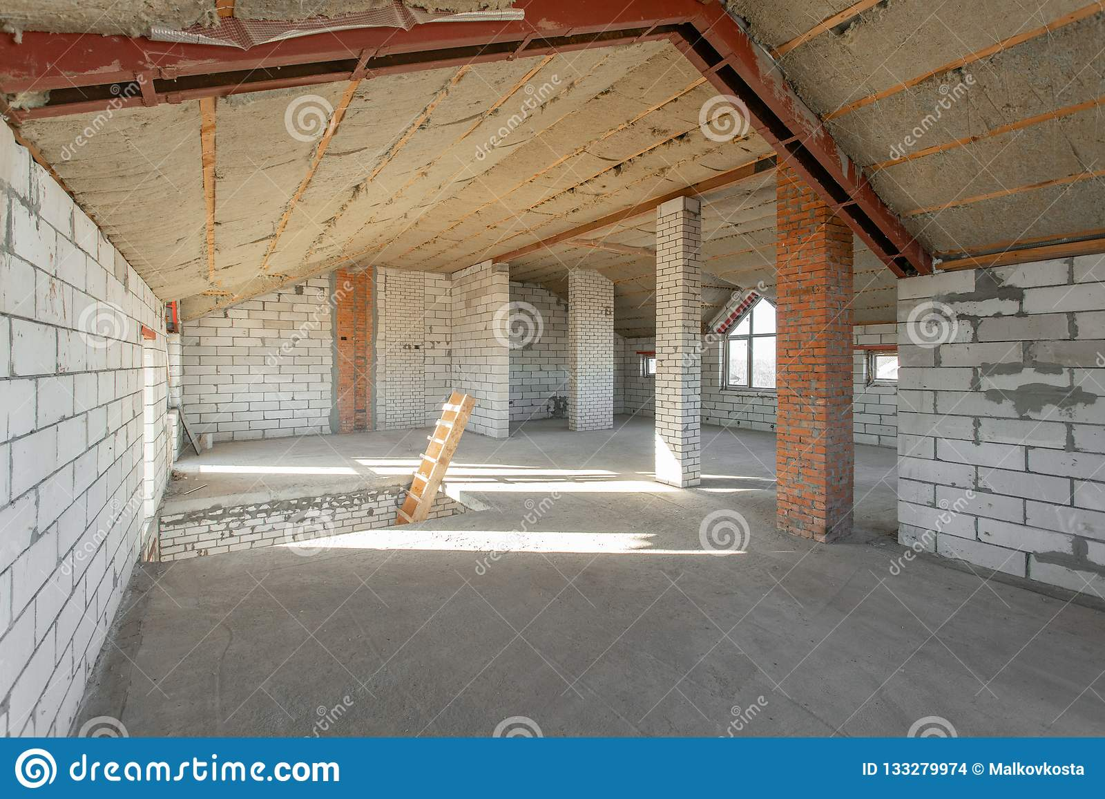 Loftgolv av huset genomgång och rekonstruktion Arbetande process av att värme inom delen av taket hus eller