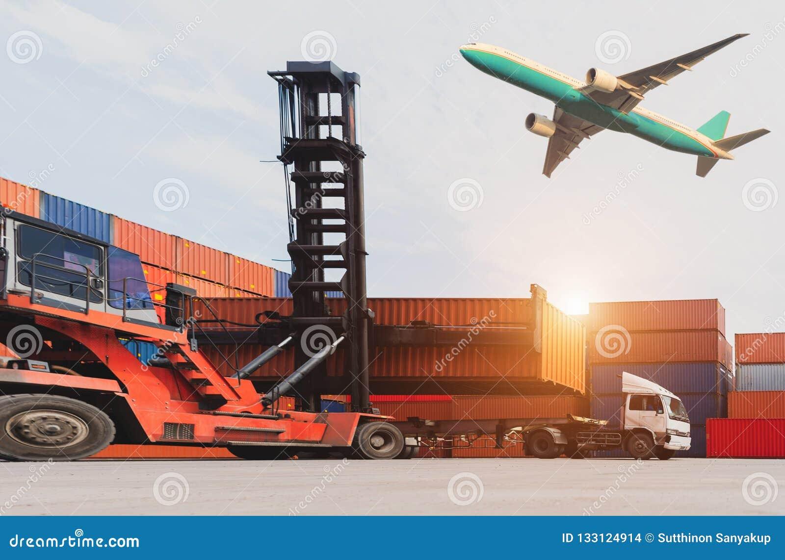 Logística e transporte do navio de carga do recipiente e avião de carga com a ponte de trabalho do guindaste no estaleiro no nasc